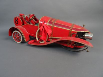 Auto course années 1920 en tôle peinte rouge, mécanisme à clé.  Longueur 40 cm,...