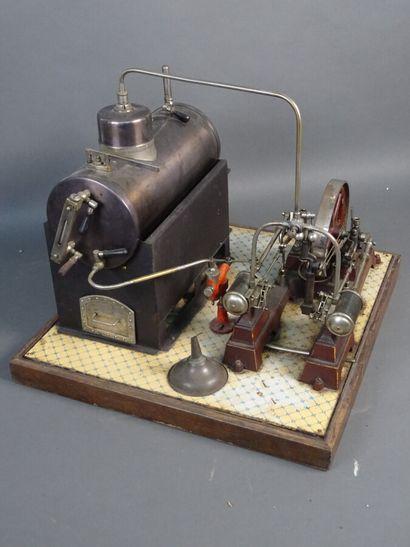 Machine à vapeur-horizontale  Très bon état. Sur socle bois 32 x 32 cm