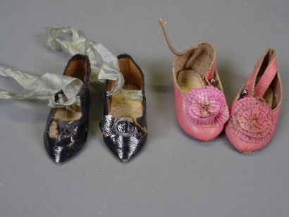 Lot of two pairs of old leather shoes, one pink 6, 5 cm long, and one black 6 cm...