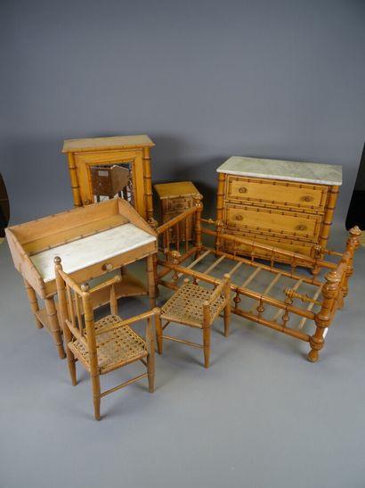 Mobilier de poupée façon bambou comprenant...