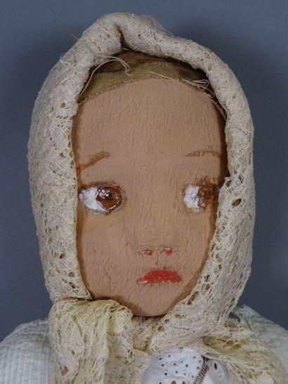 Poupée en tissu aux traits peints. Vêtements et lingerie anciens  Hauteur 54 cm...