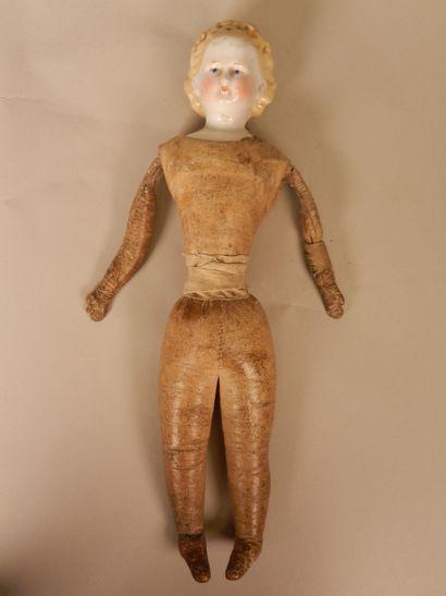 Poupée Parian tête et buste en biscuit, cheveux moulés, traits peints, corps en...