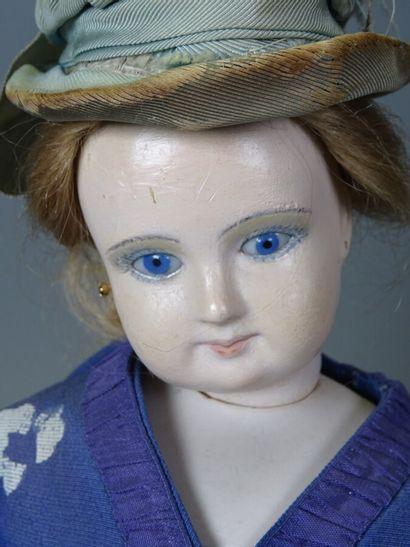 Poupée de mode, tête en porcelaine, bouche fermée, yeux fixes en sulfure, oreilles...