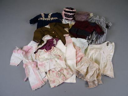 Lot de vêtements de poupées anciens comprenant : un manteau, deux chapeaux, une...