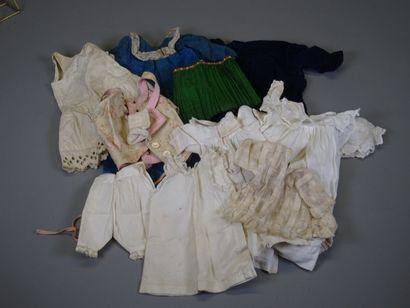 Lot de vêtements de poupées anciens comprenant...