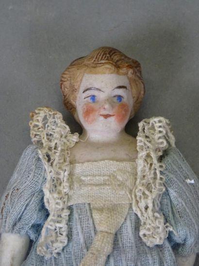 Poupée mignonette en biscuit rehaussé de polychromie pour la tête et blanc pour...