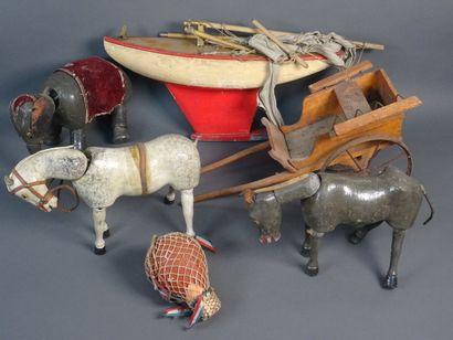 Lot de six jouets en bois comprenant : une charrette à bras, un cheval articulé,...