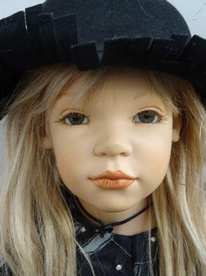 Belle et grande poupée d'artiste Zawieruszynski, en vinyle, datée 2010/3, modèle...