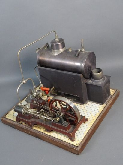 Horizontal steam engine  Very good condition. On wooden base 32 x 32 cm
