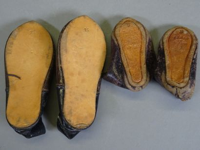 Lot of two pairs of leather doll shoes :  - a pair T8 Jumeau with bee, 6.5 cm long,...