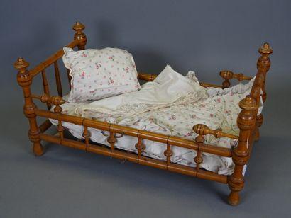 Mobilier de poupée façon bambou comprenant une commode à dessus de marbre, une armoire...