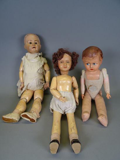 Lot de trois poupées :  - une poupée tête...