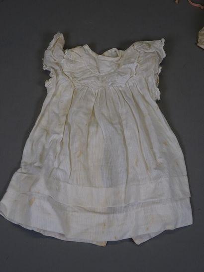 Lot de vêtements de poupées anciens comprenant : quatre robes, un joli corset fleuri,...