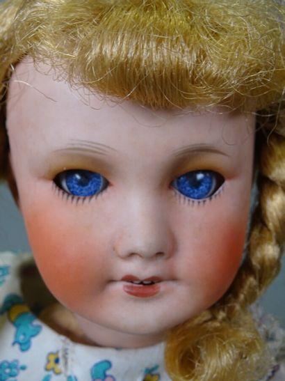 Poupée Unis France 301 taille 3, tête biscuit, perruque collée en cheveux synthétiques...