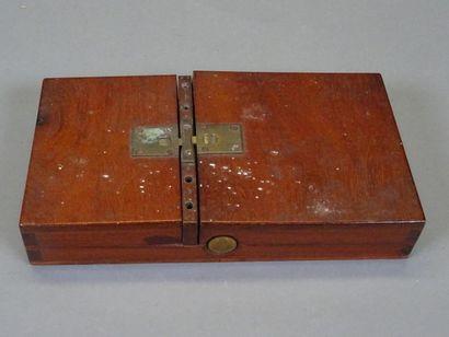 Petite machine électrostatique  Dimensions : 18 x 9,5 cm, hauteur 3 cm