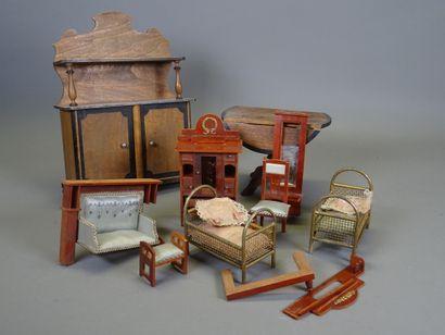 Lot de mobilier de poupée :  - 1 table à volets et 1 buffet, aux extrêmités en bois...