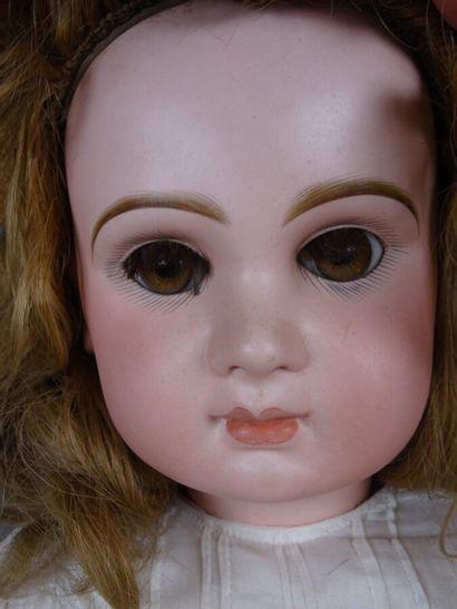 Poupée française avec tête en biscuit marquée Tête Jumeau n°12 en rouge. Yeux fixes...