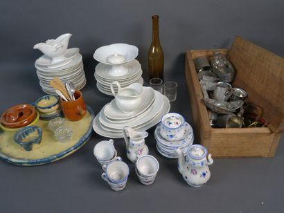 Lot d'éléments de dinette comprenant : services en porcelaine, en faïence et en...