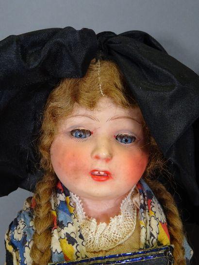 Lot de deux poupées régionales anciennes : une Petitcollin tête en celluloïd (hauteur...