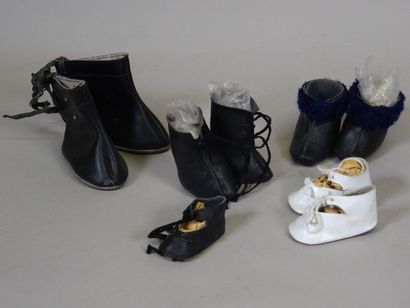 Lot de mignonnettes matières diverses, et chaussures de poupées, une petite poupée...