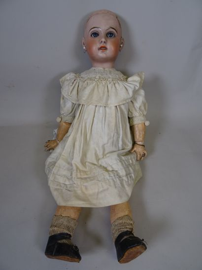 Poupée à tête type Jumeau moule 1907, taille 11, tête biscuit, yeux en verre bleu...