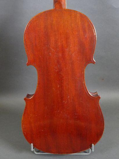 Lot de trois violons comprenant :  - un violon français anonyme modèle médio fino...