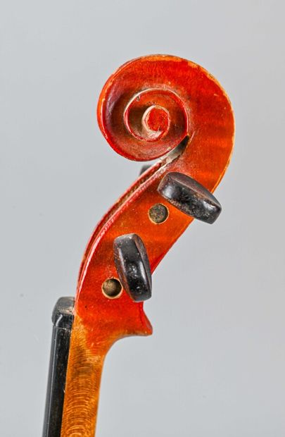 Violon 1/4 portant étiquette Stradivarius, chevillage pays chauds. Fond une pièce...