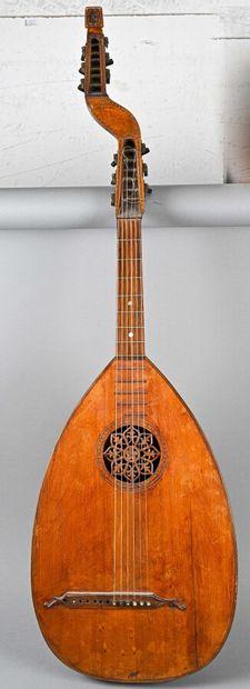 Guitare luth théorbée à douze cordes, signée...