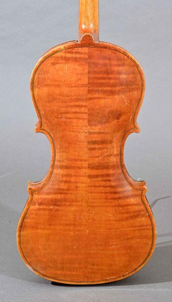 Violon d'amateur portant une marque illIsible, daté 1944. Fond deux pièces 365 mm...