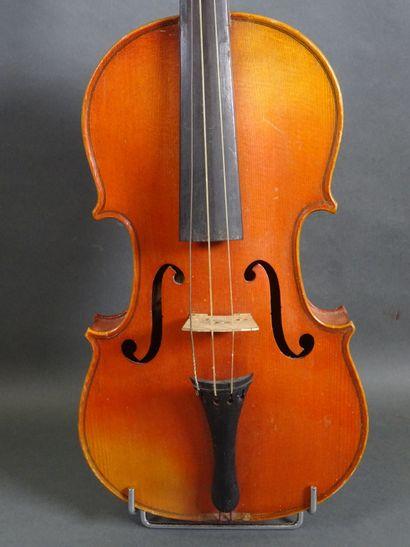 Lot de trois violons comprenant :  - un violon...