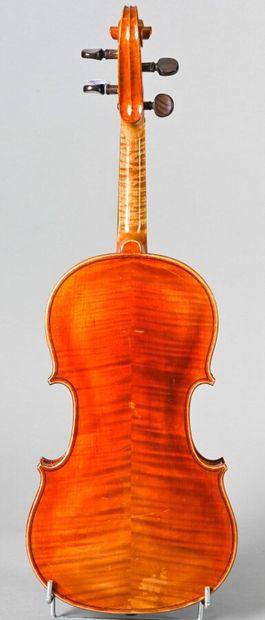Violon de l'atelier d'Emile Pouzol vers 1920, signé A.STORELLO année 1896. Fond...