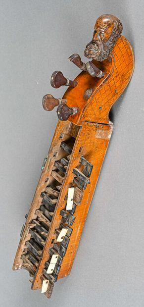 Tête de vielle à roue et son clavier incomplet,...