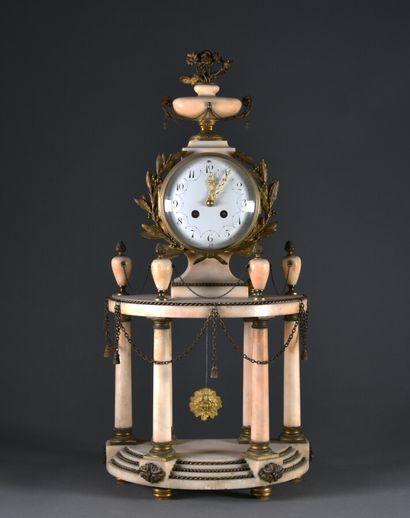 Pendule portique en albâtre et bronze, la base demi-lune à degrés soulignés de torsades...