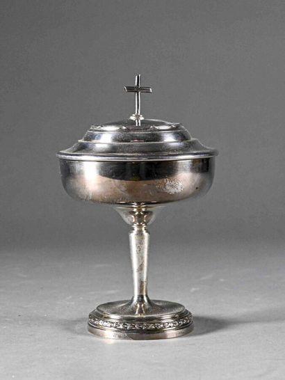 Ciboire en métal argenté, l'intérieur en métal doré, le pied circulaire à décor...