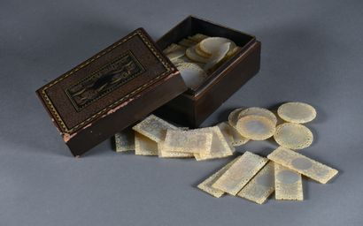 CHINE, Canton - XIXe siècle  Petite boîte rectangulaire en bis laqué à décor de...