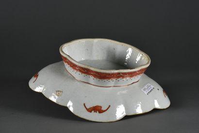 CHINE ou INDOCHINE - XIXe siècle  Coupe ovale polylobée sur piédouche en porcelaine,...