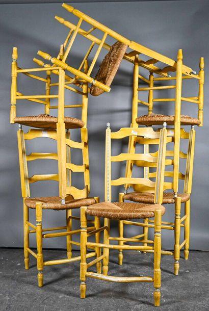 Suite de douze chaises en bois laqué jaune...