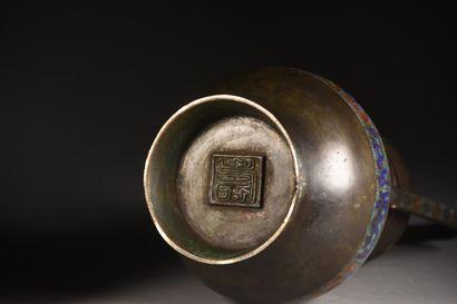 JAPON - Epoque MEIJI (1868-1912)  Pot couvert à une anse mobile en bronze et émaux...
