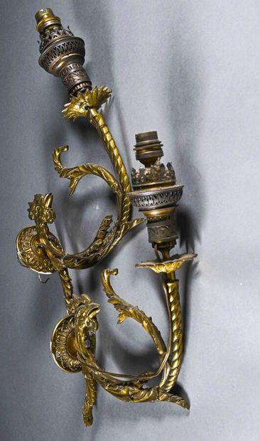 Paire d'appliques en laiton doré à tête de coq et rinceaux feuillagés  H. 30 cm...