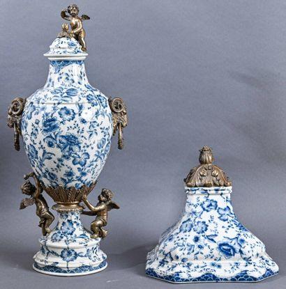 Fontaine et sa console en porcelaine à décor de fleurs, monture en bronze à décor...