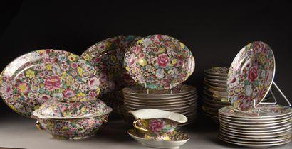 CHINE, Canton - XXe siècle  Service en porcelaine composé de douze assiettes plates,...