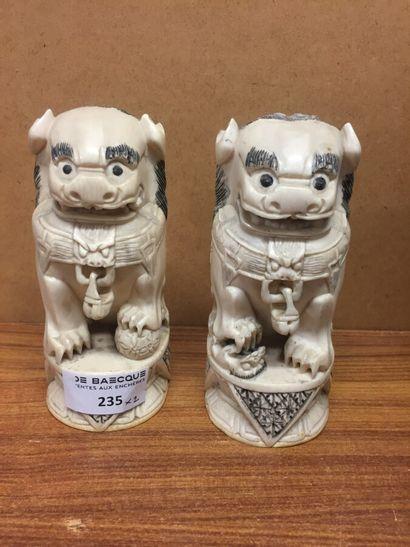 ** CHINE - Début du XXe siècle  Deux chiens...