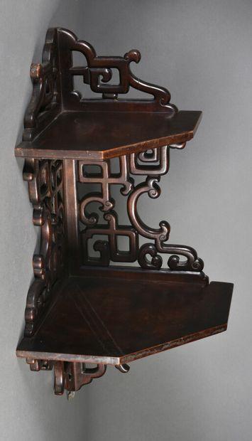 CHINE - XIXe siècle  Selette d'angle en bois sculpté à deux plateaux, à décor de...