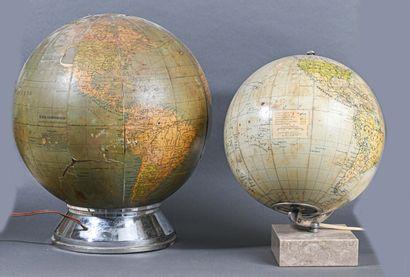 Deux globes terrestres lumineux en papier...