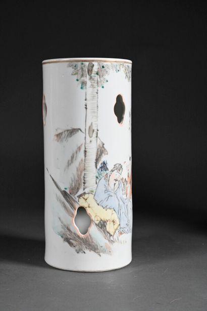 CHINE - XXe siècle  Un vase rouleau en porcelaine...