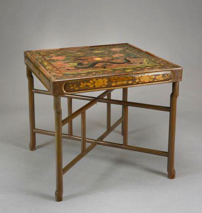 CHINE  Table à jeux carrée, le plateau gravé et laqué d'un dragon et d'un phénix,...