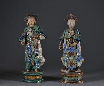 CHINE, Nankin - XIXe siècle  Paire de sujets en céramique émaillée  H. 30 cm  On...