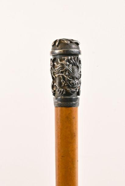 INDOCHINE - Fin du XIXe siècle  Canne en bois exotique, le pommeau en argent à décor...