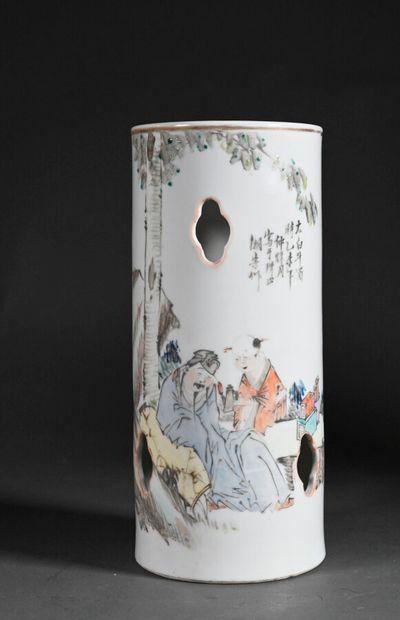 CHINE - XXe siècle  Un vase rouleau en porcelaine à décor ajouré  H. 26 cm  Fêl...