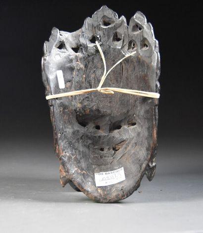 CHINE du Sud - XIXe siècle  Masque en bois laqué rouge et noir figurant une Guanyin...